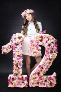 צילום לבת מצווה עם תפאורת פרחים